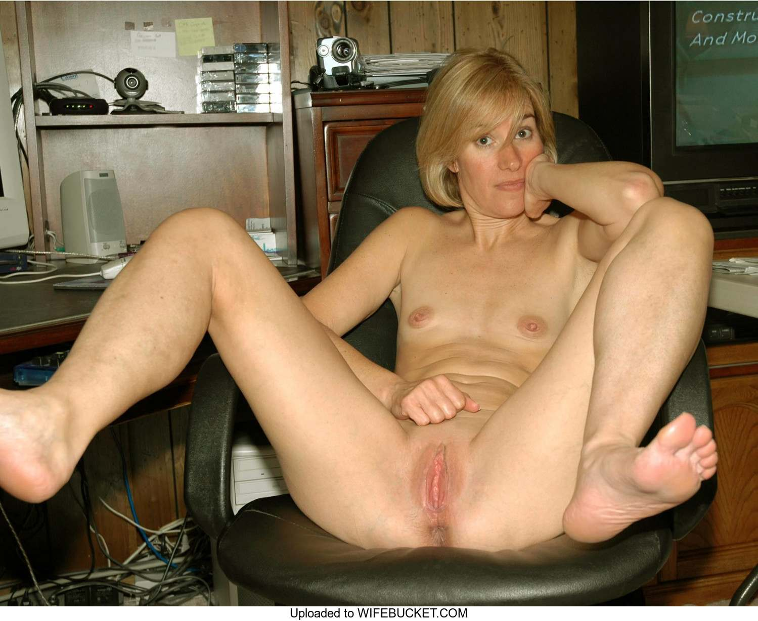 39 user-uploaded photos of real wives naked – WifeBucket ...
