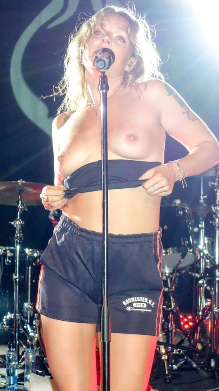 Tove Lo flashing her boobs again : trashyboners