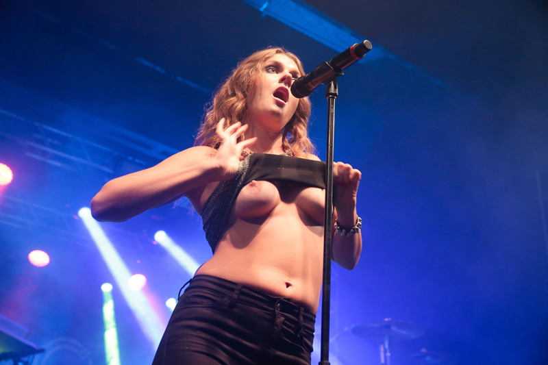 Tove Lo Flashes Her Boobs on Stage - Taxi Driver Movie