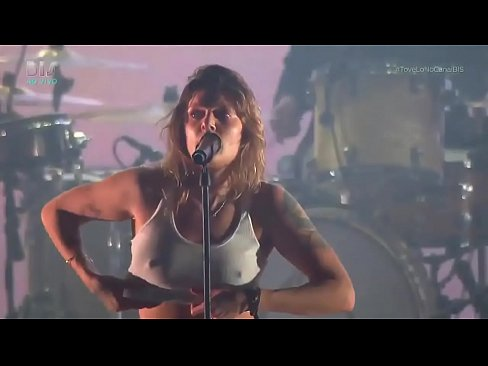 Tove Lo showing her tits at Lollapalooza BR 2017 (At 1:38 ...