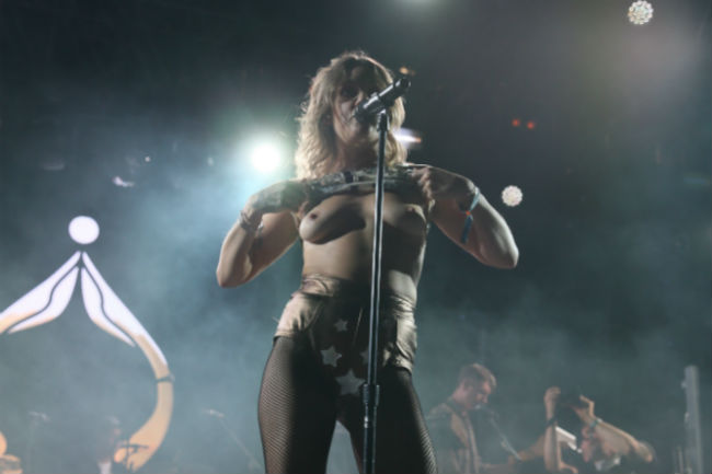 Tove Lo Flashing Her Tits While Performing At Coachella